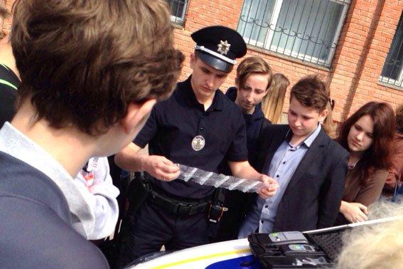 Полтавские школьники примеряли бронежилеты и полицейские машины (фото) - фото 5
