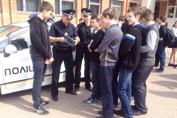 Полтавские школьники примеряли бронежилеты и полицейские машины (фото) - фото 4