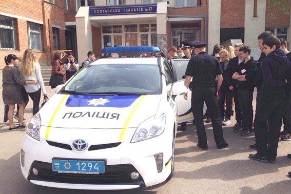 Полтавские школьники примеряли бронежилеты и полицейские машины (фото) - фото 3