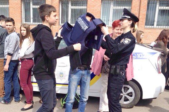 Полтавские школьники примеряли бронежилеты и полицейские машины (фото) - фото 1