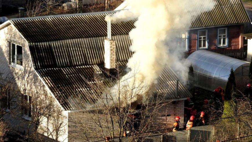 В Витебске горел дом по улице Клинической. Работники МЧС спасли хозяйку, фото-1