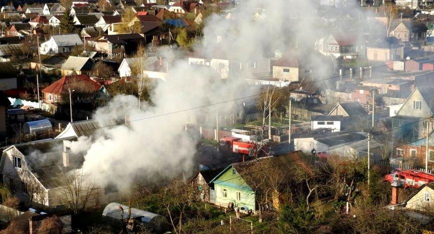 В Витебске горел дом по улице Клинической. Работники МЧС спасли хозяйку, фото-2