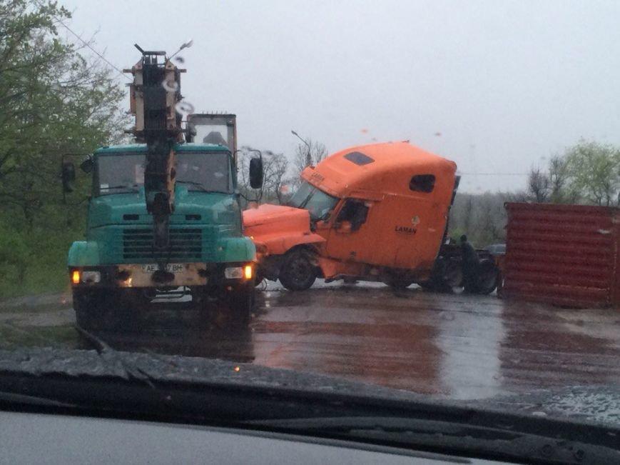 На выезде из Кривого Рога во время дождя перевернулся грузовик (ФОТО) (фото) - фото 1