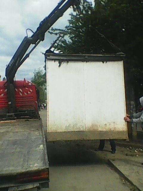 В Ужгороді на Заньковецькій  демонтували металеву будку (фото) - фото 1