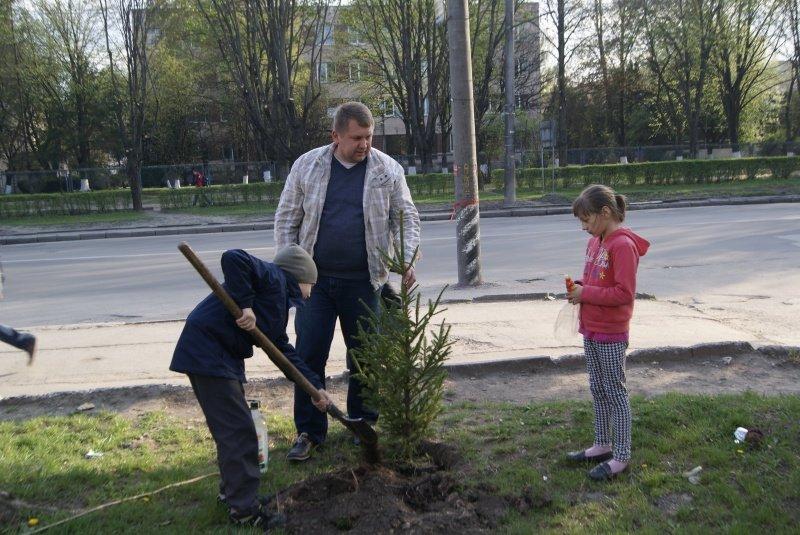 Висадити іменні дерева дітям допомогли представники «Солідарності (фото) - фото 1
