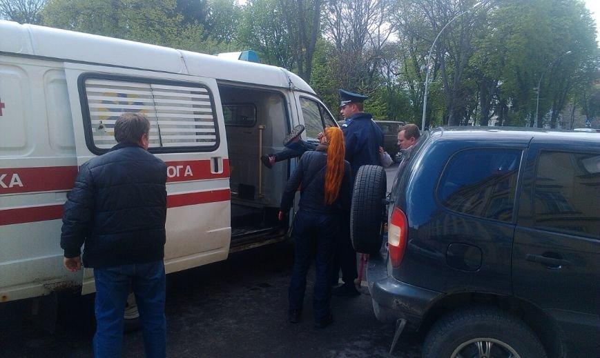 У центрі Львова на двох школярок впала частина дерева (ФОТО) (фото) - фото 2