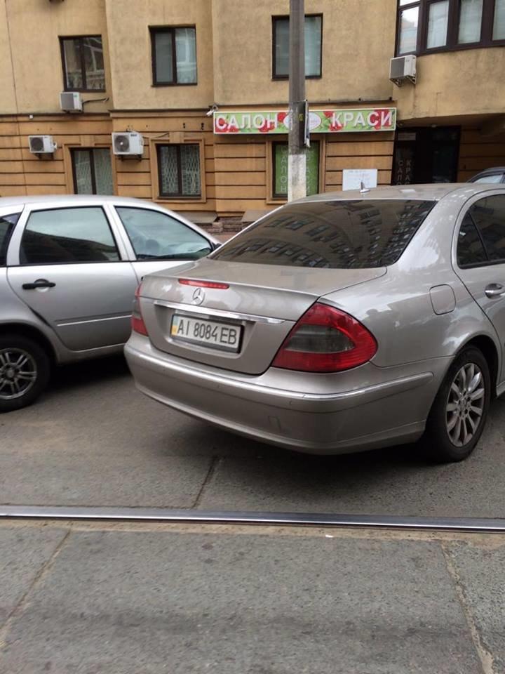 """На Дмитриевской """"герой парковки"""" заблокировал движение трамваев (ФОТО), фото-1"""