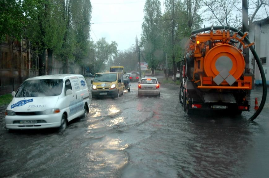 386aa6fadde0a8dbab692f234a808d81 Море из берегов вышло: Одесситы делятся в соцсетях фотографиями затопленных улиц