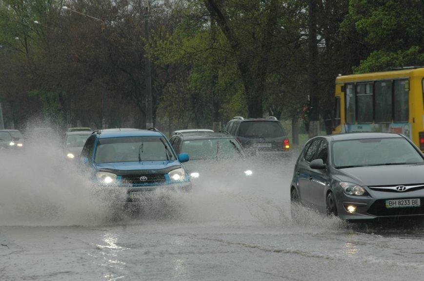 9da8e4571e1e4bded8cf0d353bd0be7e Море из берегов вышло: Одесситы делятся в соцсетях фотографиями затопленных улиц