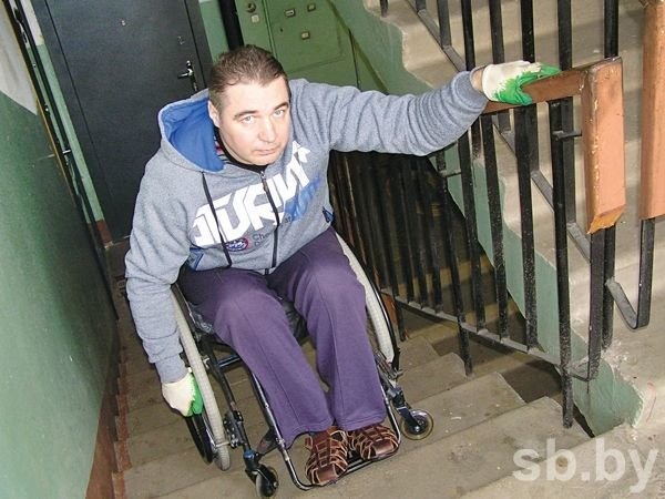 В Новополоцке инвалид-колясочник каждый день рискует жизнью, спускаясь по лестнице (фото) - фото 1