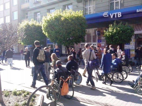 У Франківську чиновники сіли в інвалідні візки (фото) - фото 1