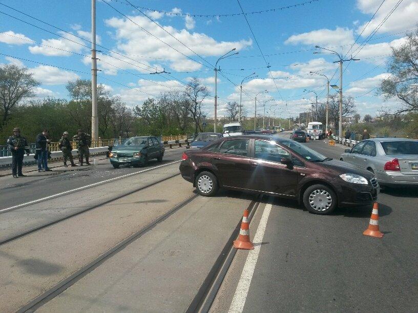 В Мариуполе на пост-мосту столкнулись две легковушки. Есть пострадавшие (ФОТО), фото-3