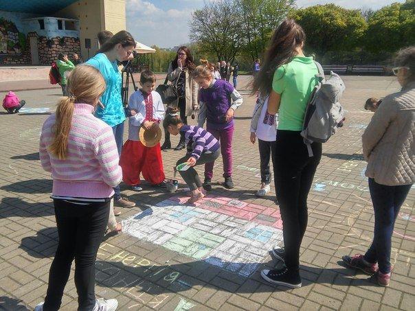З нагоди дня Землі діти розмалювали площу у Парку культури (ФОТО) (фото) - фото 3