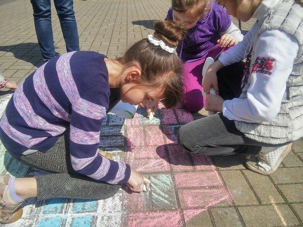 З нагоди дня Землі діти розмалювали площу у Парку культури (ФОТО) (фото) - фото 6