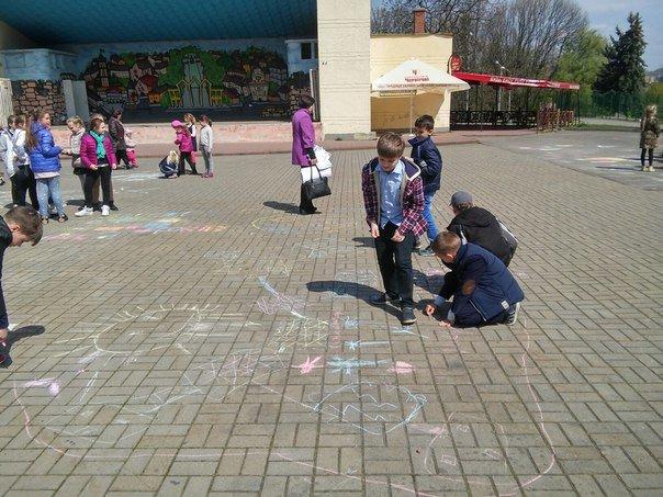 З нагоди дня Землі діти розмалювали площу у Парку культури (ФОТО) (фото) - фото 5