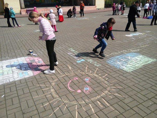 З нагоди дня Землі діти розмалювали площу у Парку культури (ФОТО) (фото) - фото 1