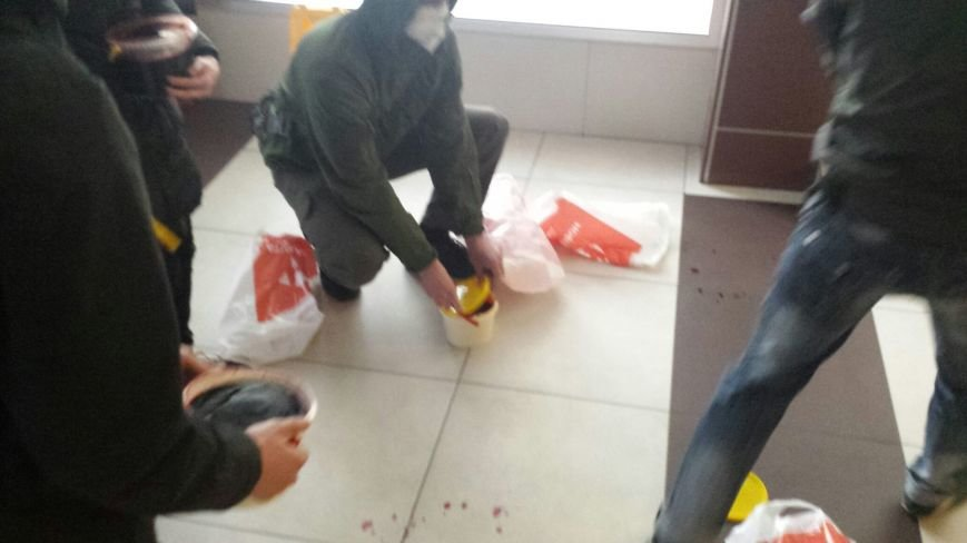"""В Киеве офис телеканала """"Украина"""" залили кровью (фото) - фото 1"""