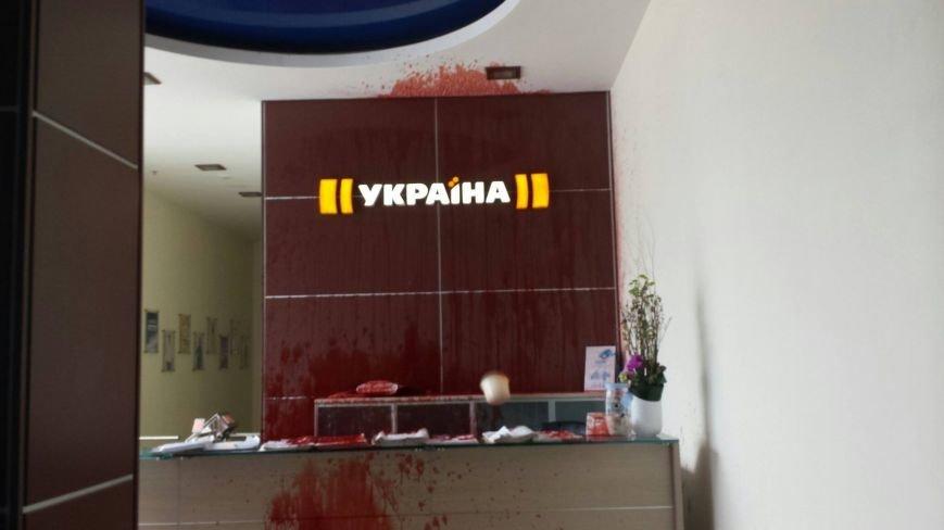 """В Киеве офис телеканала """"Украина"""" залили кровью (фото) - фото 5"""