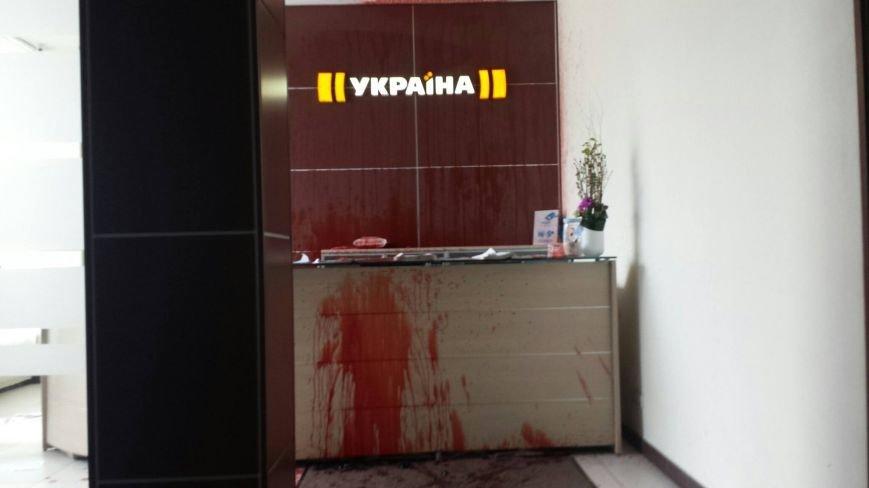 """В Киеве офис телеканала """"Украина"""" залили кровью (фото) - фото 2"""