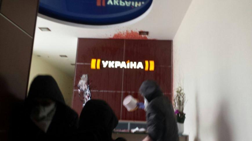 """В Киеве офис телеканала """"Украина"""" залили кровью (фото) - фото 4"""