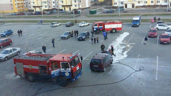 В Новополоцке на парковке ТЦ «Зодиак» горел автомобиль (фото) - фото 2