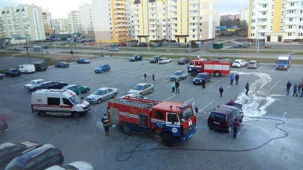 В Новополоцке на парковке ТЦ «Зодиак» горел автомобиль (фото) - фото 1