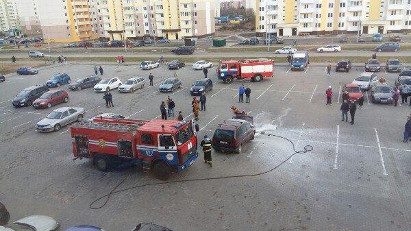 В Новополоцке на парковке ТЦ «Зодиак» горел автомобиль (фото) - фото 3