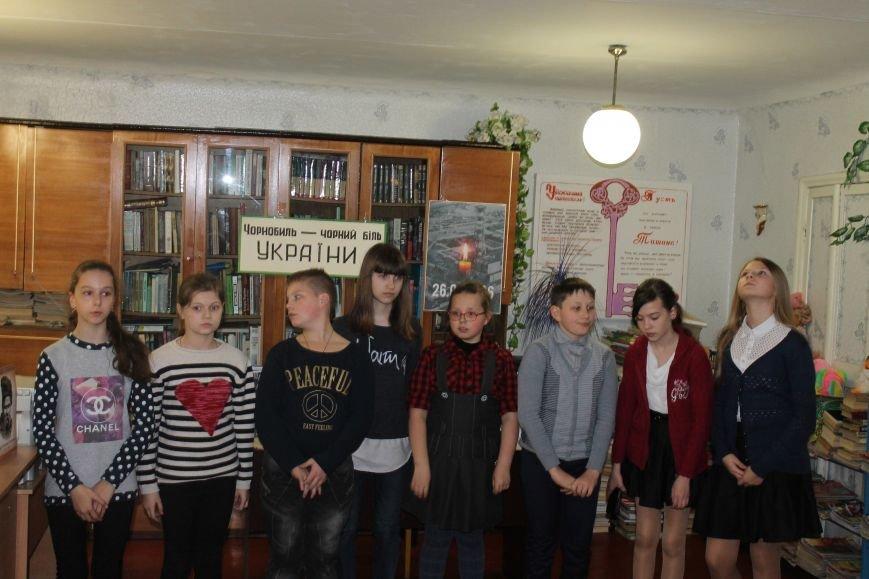 """У новогродівській дитячій бібліотеці пройшов відкритий урок на тему """"Чорнобиль-чорний біль України"""", фото-2"""