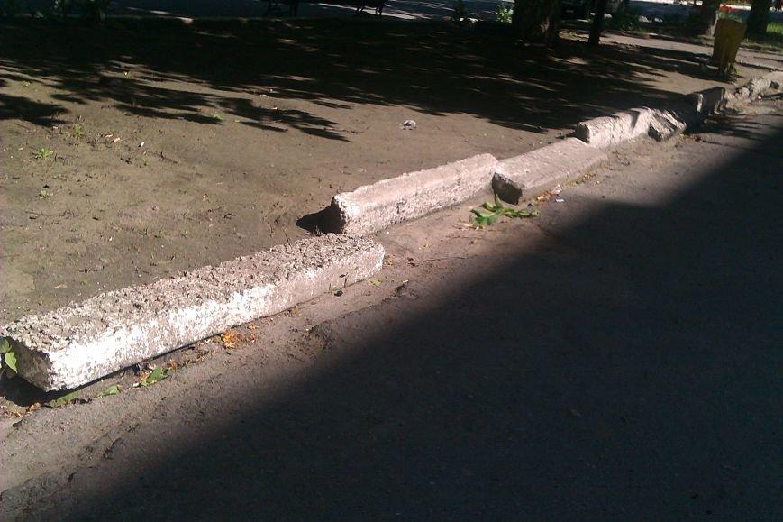 Горожане возмущены плачевным состоянием тротуаров на некоторых улицах нашего города (фото) - фото 1