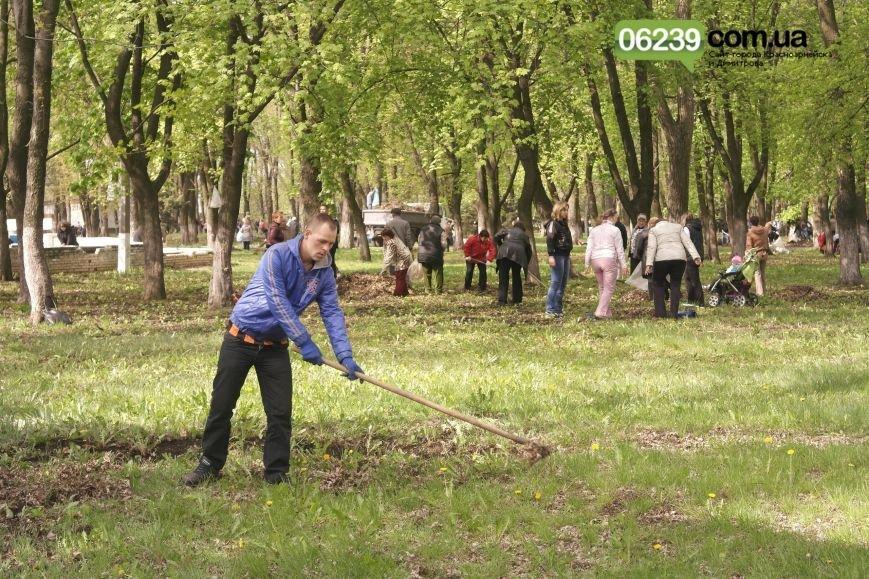 В Красноармейске (Покровске) около 3 тыс. горожан вышли на общегородской субботник (фото) - фото 4