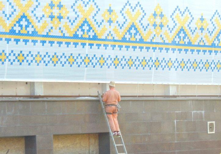 """Баннер """"Мариуполь - это Украина"""" закрыл половину фасада сгоревшего горсовета (ФОТО), фото-2"""