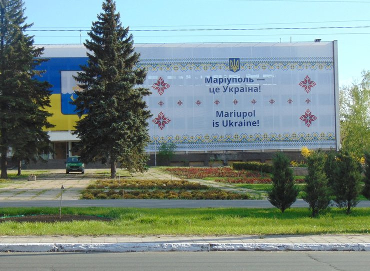 """Баннер """"Мариуполь - это Украина"""" закрыл половину фасада сгоревшего горсовета (ФОТО), фото-1"""