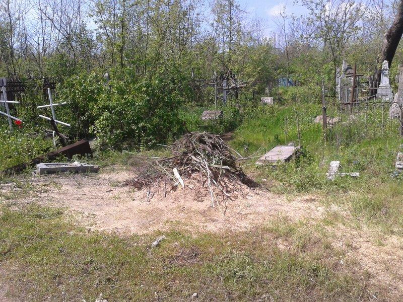 Масштабная уборка на закрытом  Центральном кладбище коробит сердца мариупольцев (ФОТО) (фото) - фото 1