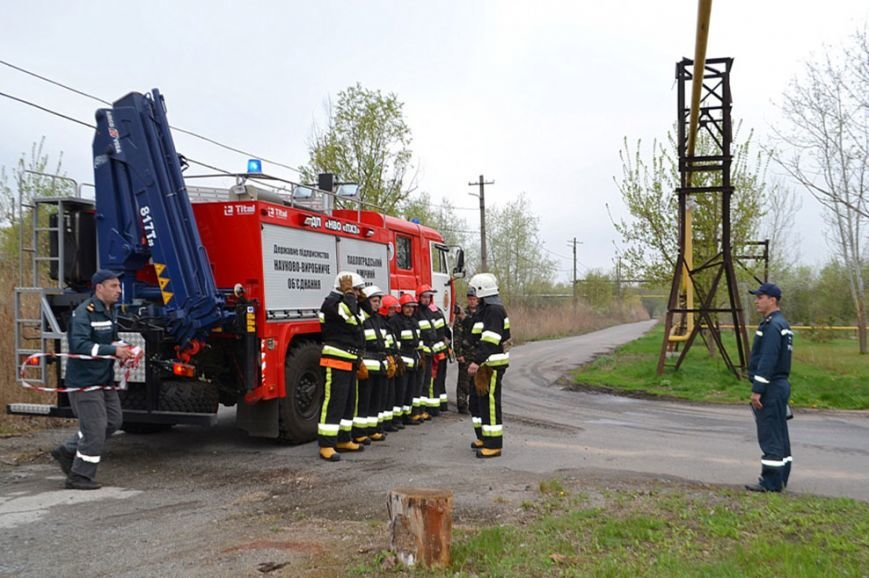 Павлоградские спасатели тушили склад со взрывчатыми веществами (фото) - фото 1