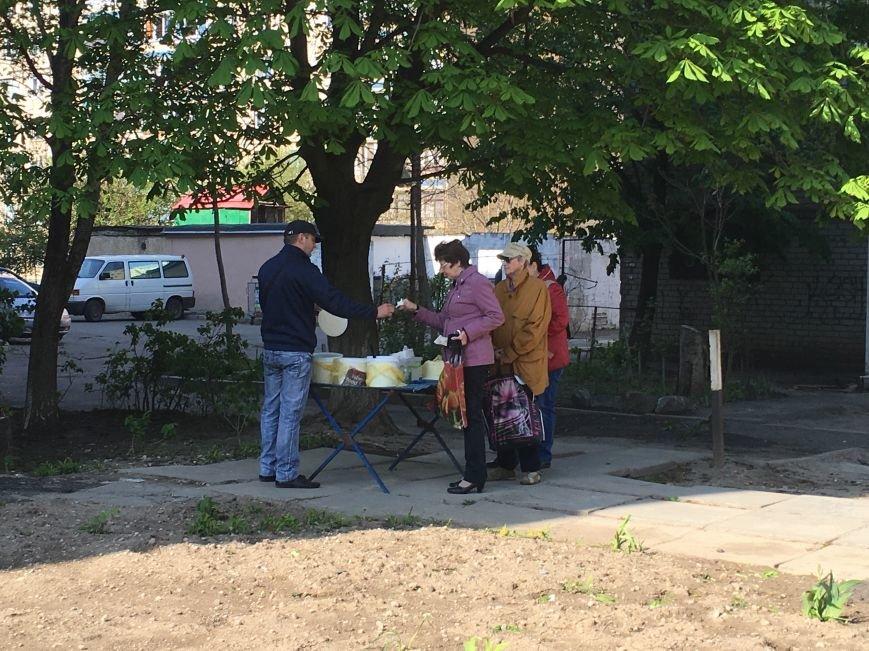 Полиция штрафует торгующих на стихийных рынках, а криворожане выстраиваются к ним в очередь за молоком и мясом (ФОТО), фото-7