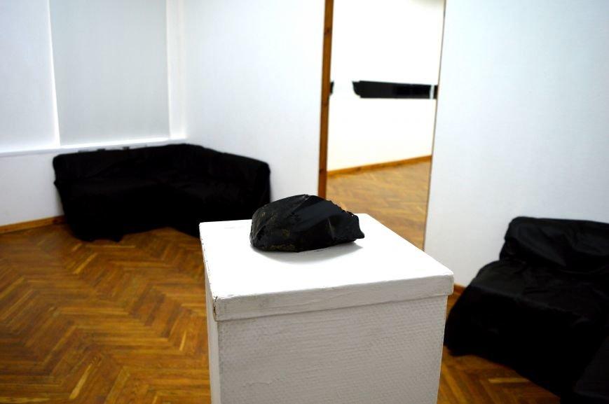 В Витебске проходит выставка работ, созданных с помощью битума, фото-2