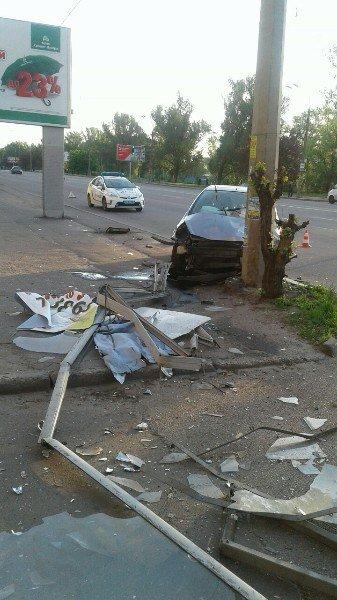 ДТП на Победе: водитель легкового авто въехал в столб (ФОТО) (фото) - фото 2