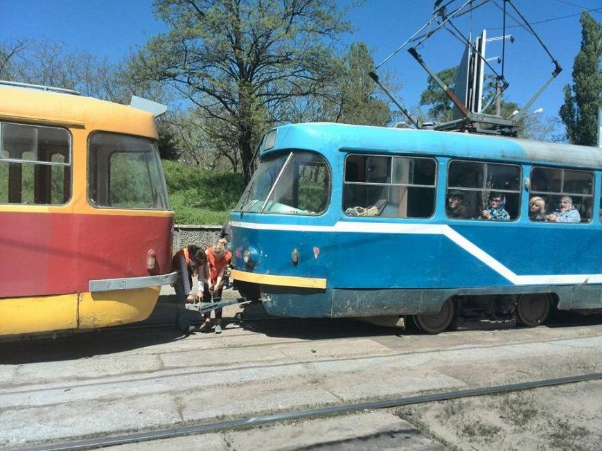 38772abd7f3d147b002538968631c1f8 В Одессе на Водопроводной горожане тушили трамвай