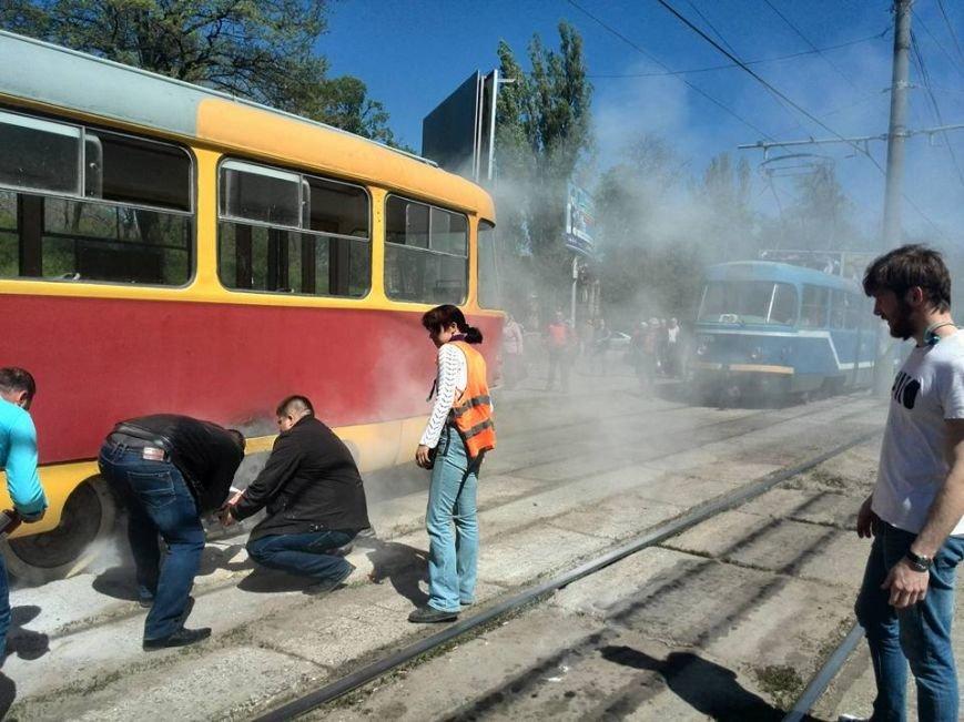 78bd01a3222746c0276a457671be3eb6 В Одессе на Водопроводной горожане тушили трамвай