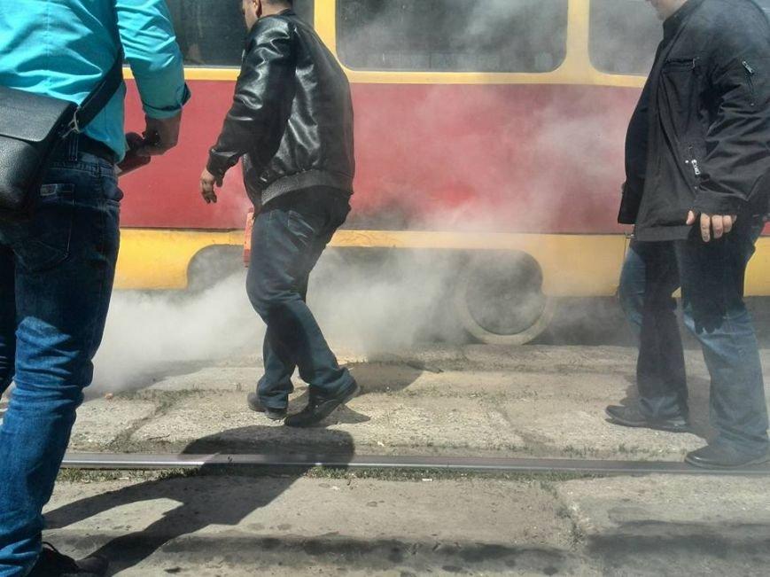 88f8eed1d1f3fa96cc189f2af20f3acb В Одессе на Водопроводной горожане тушили трамвай