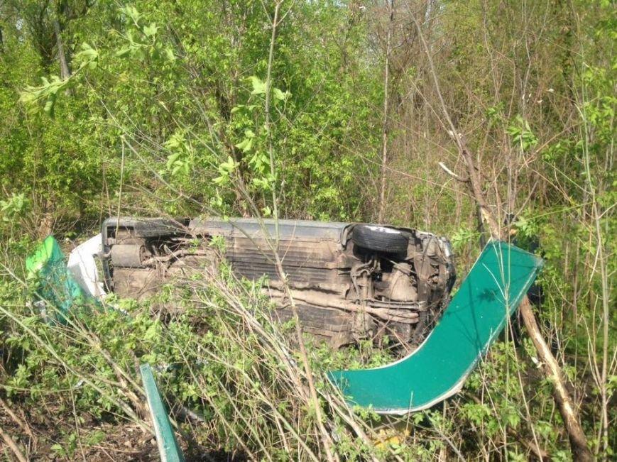 В Харькове иномарка снесла забор и вылетела в кювет (фото) - фото 1