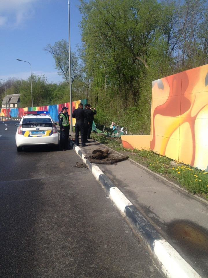 В Харькове иномарка снесла забор и вылетела в кювет (фото) - фото 2