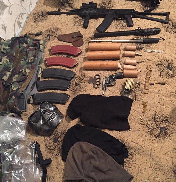 В Днепропетровске у патрульного обнаружили арсенал оружия (ФОТО) (фото) - фото 4
