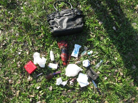 Кременчужанин пырнул ножом женщину, отобрал ее сумку и пошел гулять в центр города (ФОТО ВЕЩДОКОВ) (фото) - фото 1