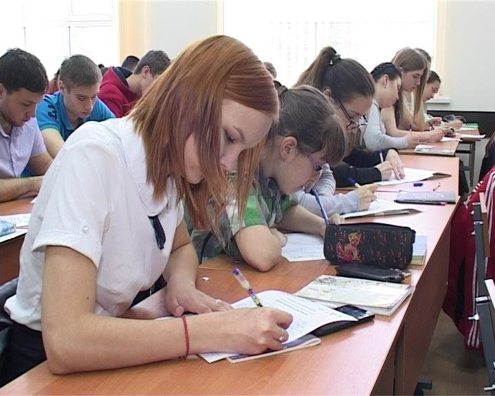 22 апреля армавирские студенты приняли участие в краевой  акции «День единого диктанта» (фото) - фото 1