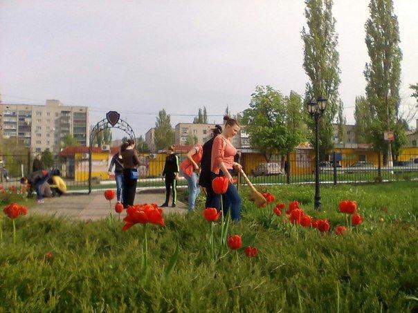 Первомайские студенты навели порядок у мемориального комплекса ликвидаторов аварии на ЧАЭС (фото) - фото 3