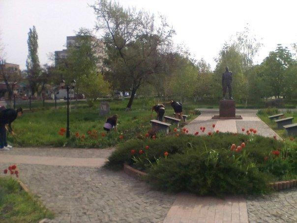 Первомайские студенты навели порядок у мемориального комплекса ликвидаторов аварии на ЧАЭС (фото) - фото 2