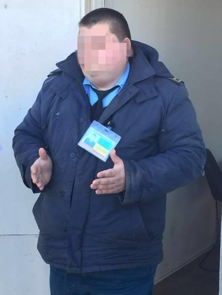 0ba2f0425cae2844339a1a7a02d5438f Под Одессой таможенник-взяточник попался «на горячем»