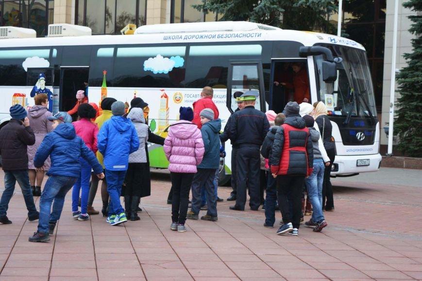 Имитация аварии, задымление салона и манекен с ранениями. В Новополоцк приехал автобус-тренажер, фото-1