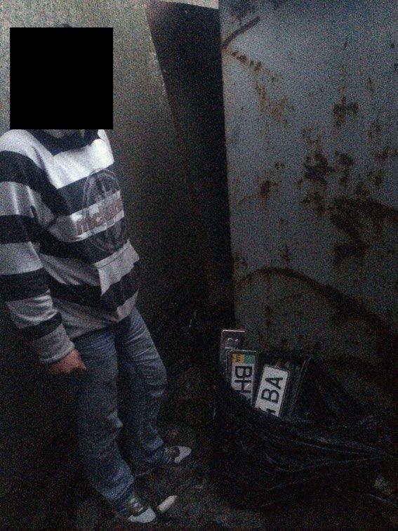 В руки одесских полицейских попался похититель номерных знаков (фото) - фото 1
